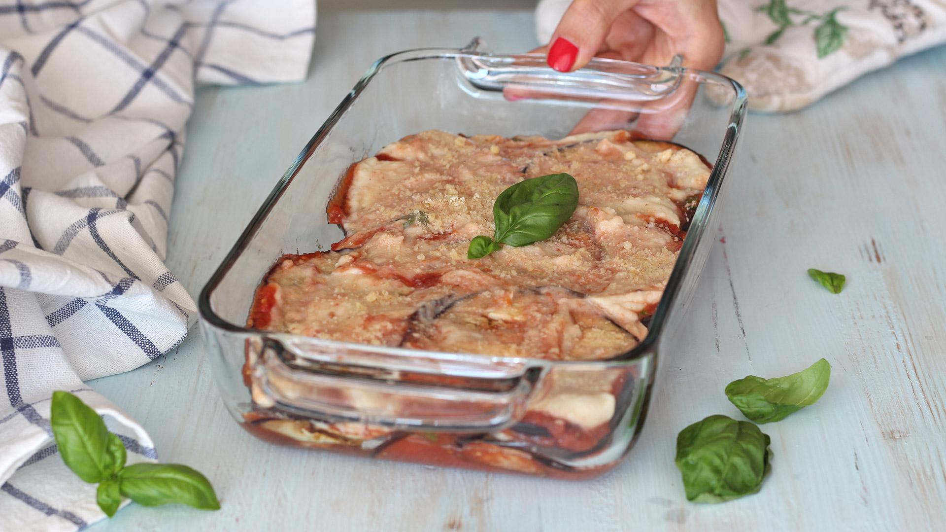 Ricetta Melanzane Non Fritte.Parmigiana Di Melanzane Light Non Fritte Con Besciamella Vegan Ricettevegolose